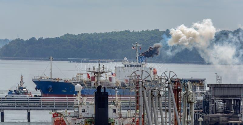 Корабль discharging черный дым стоковые изображения