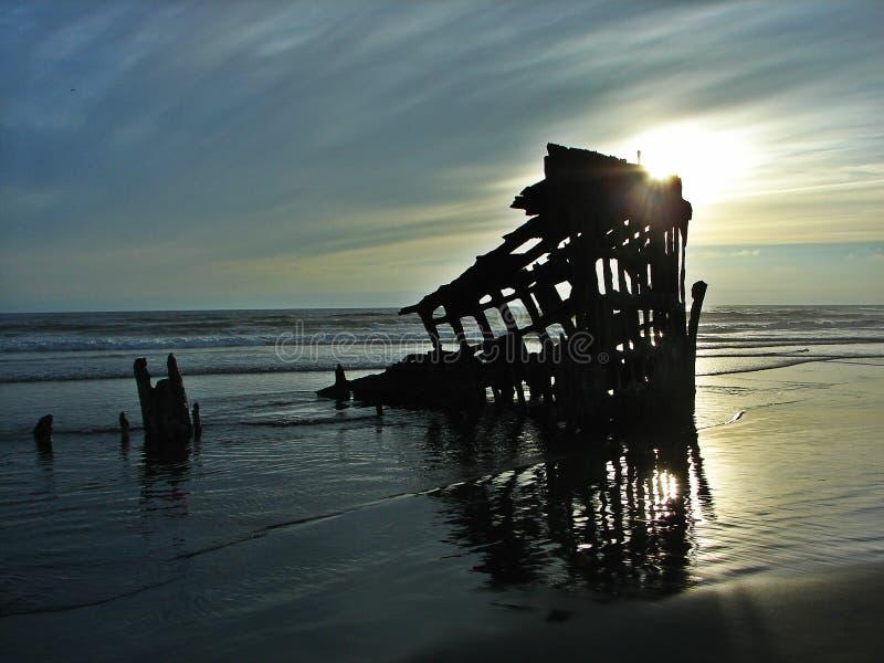 Кораблекрушение на заходе солнца стоковая фотография rf
