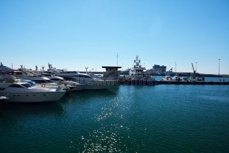 Корабли в гавани в солнечной погоде в Сочи стоковая фотография rf