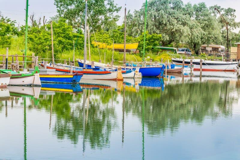 Корабли в тиши brackish лагуны стоковые фото
