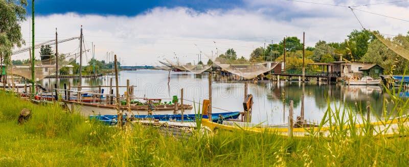 Корабли и хаты рыбной ловли в тиши brackish лагуны стоковая фотография rf