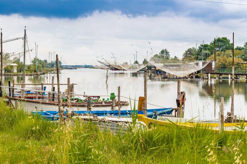Корабли и хаты рыбной ловли в тиши brackish лагуны стоковое фото