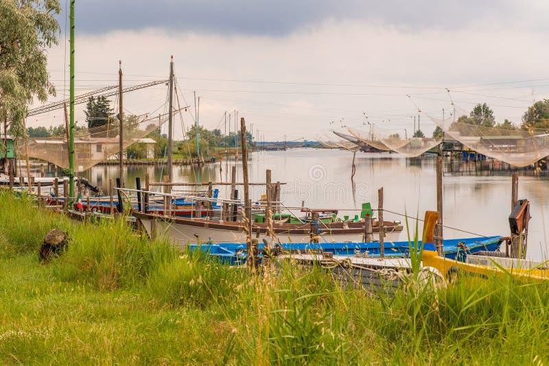 Корабли и хаты рыбной ловли в тиши brackish лагуны стоковые изображения rf