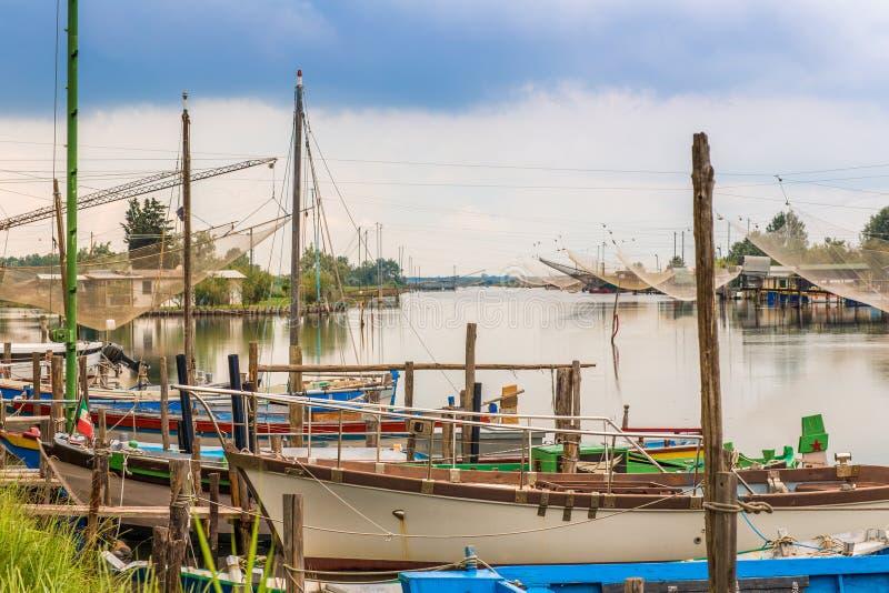 Корабли и хаты рыбной ловли в тиши brackish лагуны стоковые фотографии rf