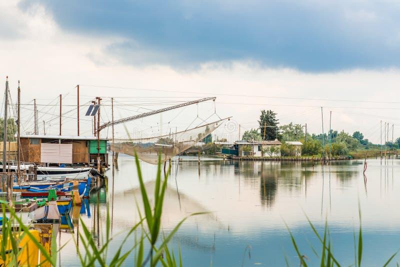 Корабли и хаты рыбной ловли в тиши brackish лагуны стоковое фото rf
