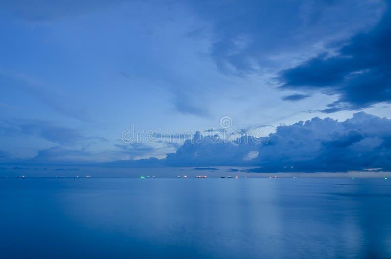 Корабли нефтяного танкера все еще ставят на якорь на заливе после дождя стоковые фотографии rf