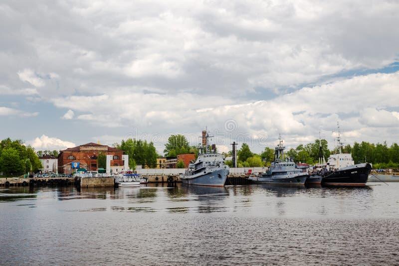 Корабли огня на набережной в Srednyaya gavan в Kronstadt, России стоковая фотография rf