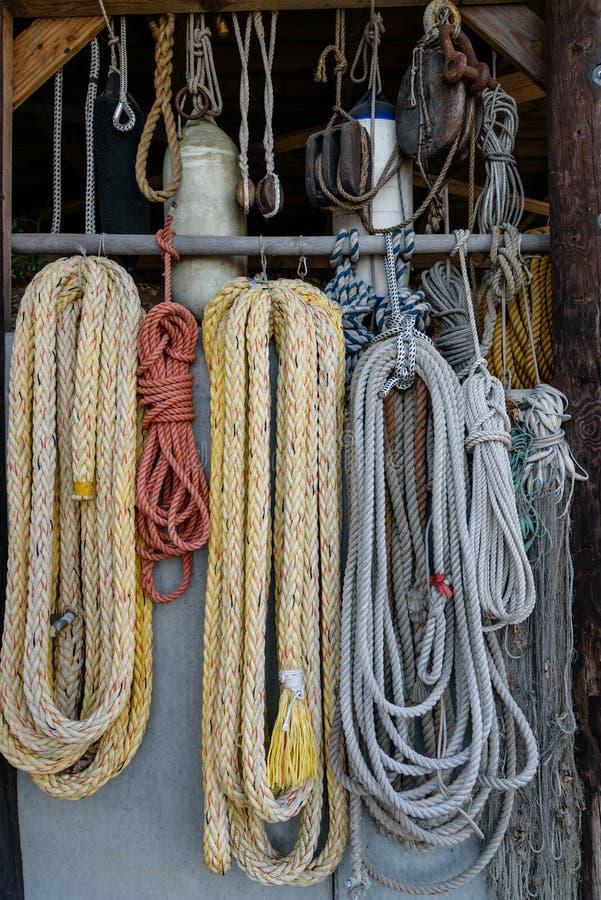 Корабли оснащая, веревочки, рыболовные сети, лестницы веревочки вертикально стоковое изображение rf
