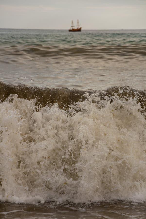 Корабль в бурном море стоковое изображение rf