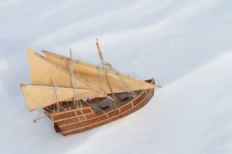 Корабль игрушки на снеге стоковое изображение rf