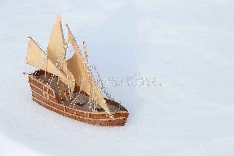 Корабль игрушки на снеге стоковые изображения