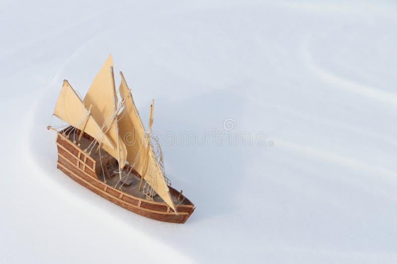 Корабль игрушки на снеге стоковые фотографии rf