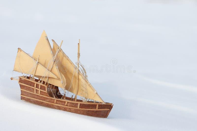 Корабль игрушки на снеге стоковые изображения rf