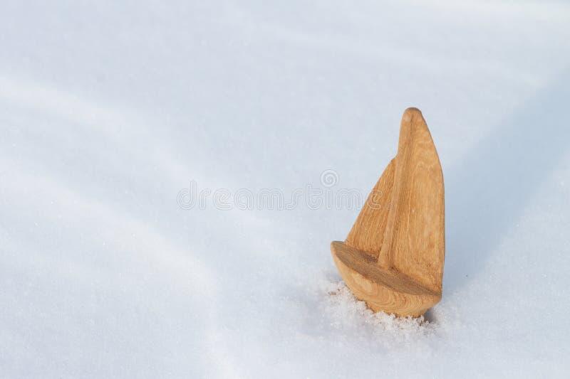 Корабль игрушки на снеге стоковое изображение