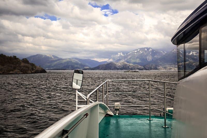 Корабль и жесткий ландшафт Норвегии стоковые фото