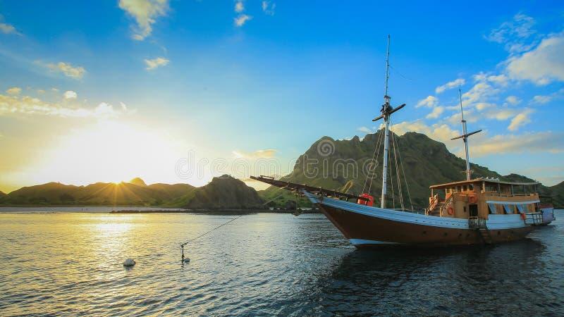 Корабль и заход солнца стоковое изображение rf