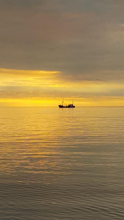 Корабль на горизонте стоковые изображения rf