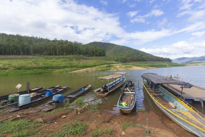 Корабль на запруде и резервуаре Mae Ngad в Mae Taeng Чиангмае Таиланде стоковые фото
