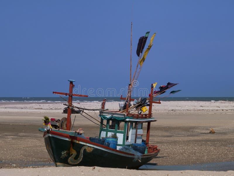 Корабль на пляже стоковые изображения