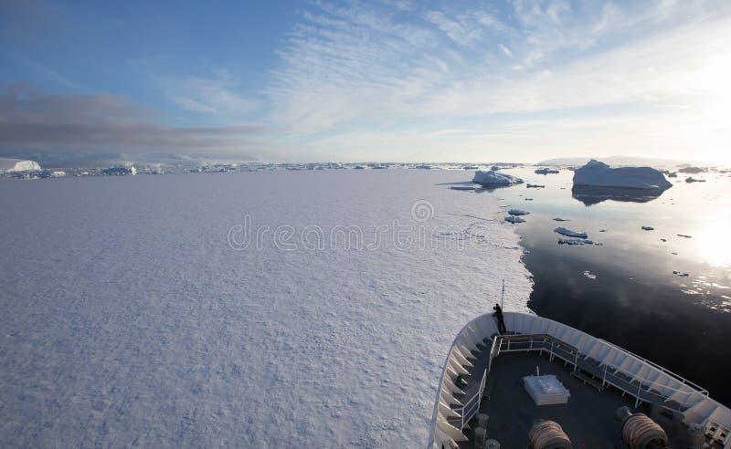 Корабль ломая лед в Антарктике стоковые изображения rf