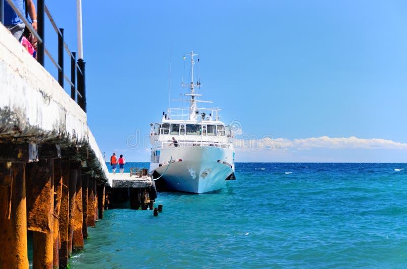 Корабль причаливая доку стоковое изображение