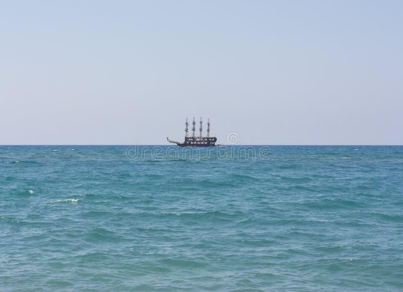 Корабль плавает на море фото стоковое изображение