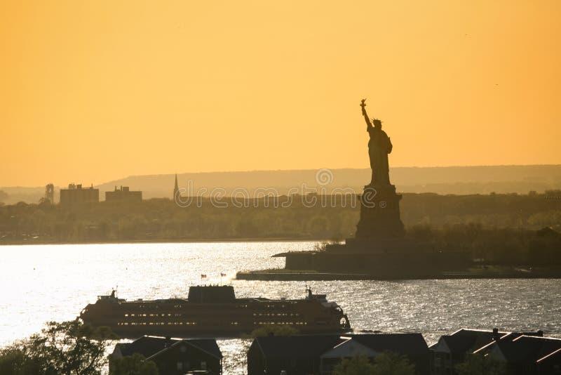 Корабль рядом с статуей свободы стоковое фото rf