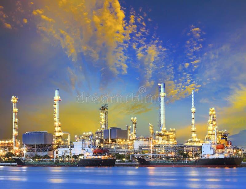 Корабль топливозаправщика и петрохимический завод индустрии нефтеперерабатывающего предприятия с b стоковое изображение