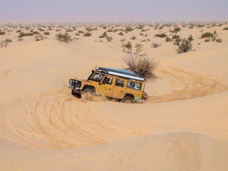 корабль 4X4 управляет вокруг песчанных дюн пустыни Сахары стоковое фото