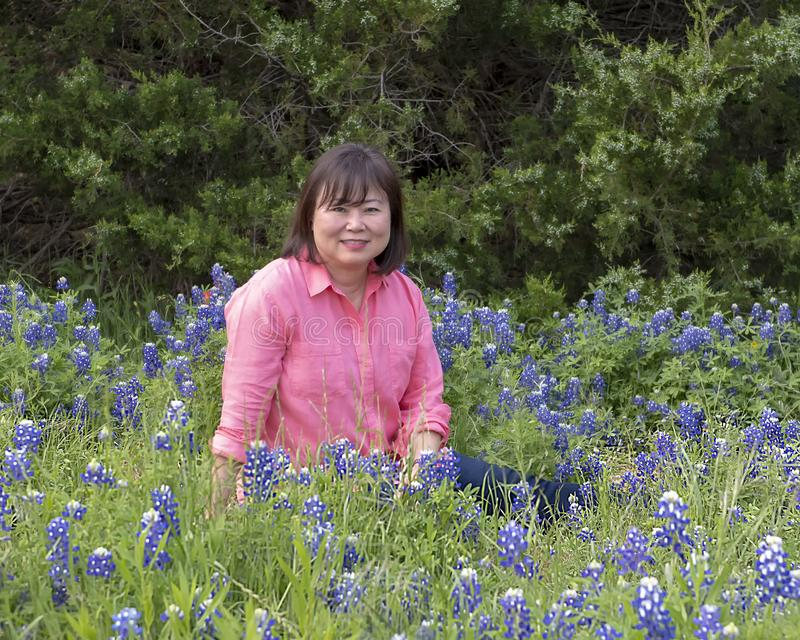 Корейская женщина в bluebonnets в Ennis, Техасе стоковые изображения