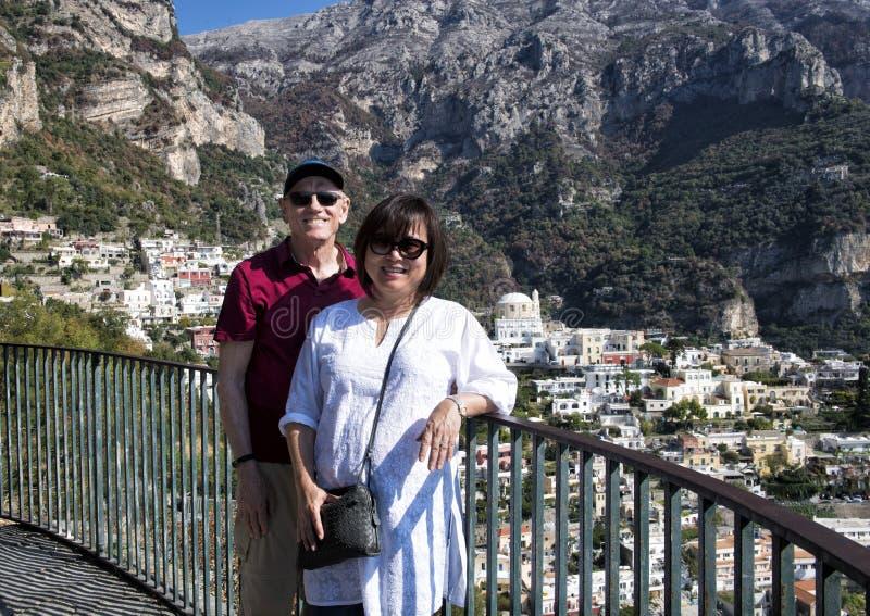 Корейская женщина и ее кавказский старший супруг на празднике на пути к Positano, стоковая фотография rf