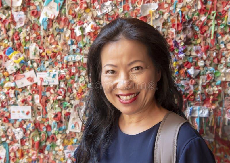Корейская женщина перед стеной камеди театра рынка, рынок места Pike, Сиэтл, Вашингтон стоковые фотографии rf
