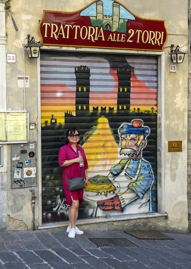 Корейская туристка, красочно нарисованная на улице Генуи, Италия, спустилась по защитной двери стоковое изображение rf