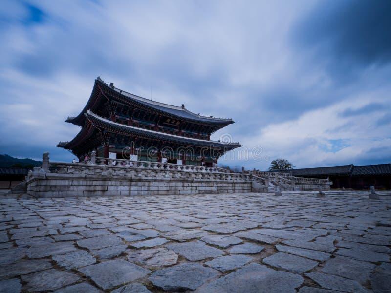 Корейский дворец под небом стоковое фото