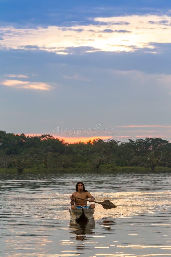 Коренной народ национального парка Cuyabeno эквадора стоковое изображение rf