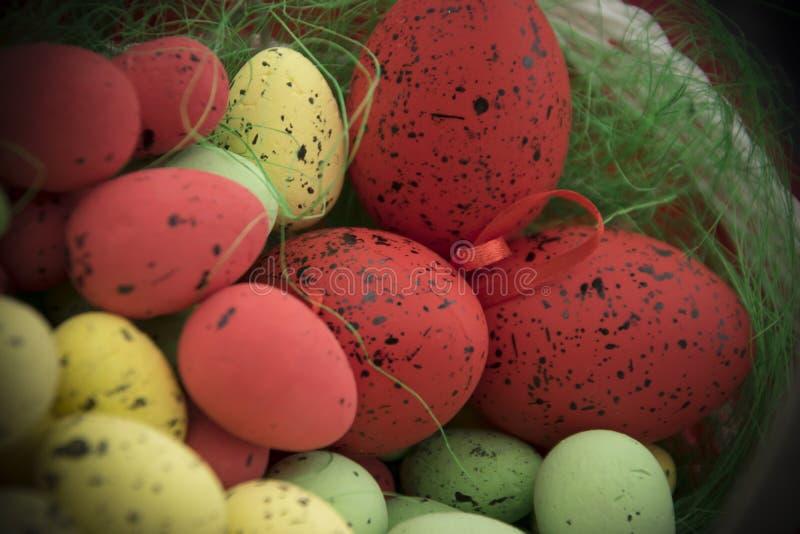 Корзина вполне пасхальных яя стоковое изображение rf