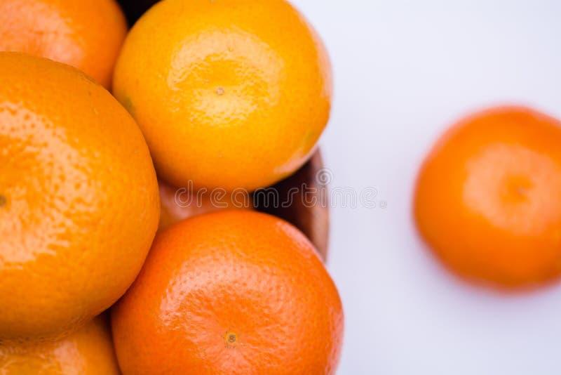 Корзина вполне с апельсинами стоковые фото