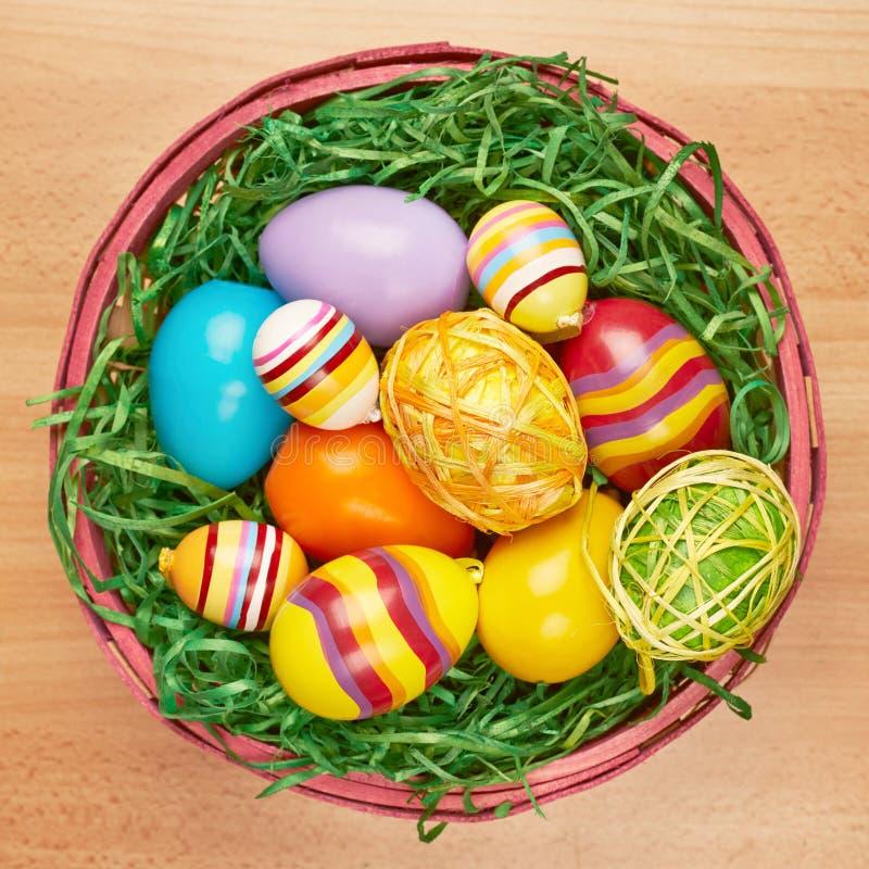 Корзина вполне красочных пасхальных яя стоковые изображения