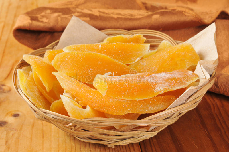 Корзина высушенных кусков манго стоковое фото