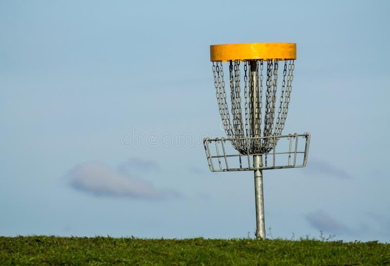 Download Корзина гольфа Frisbee стоковое изображение. изображение насчитывающей цепь - 40585587