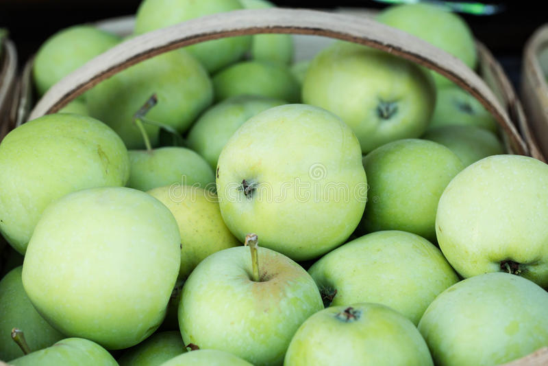 Корзина зеленых яблок на рынке фермеров стоковое изображение rf