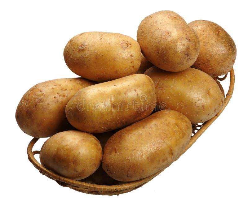 корзина изолировала картошки стоковые изображения