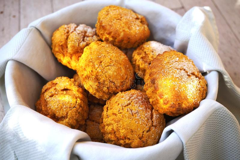 Корзина испеченных домом scones сладкого картофеля стоковая фотография rf