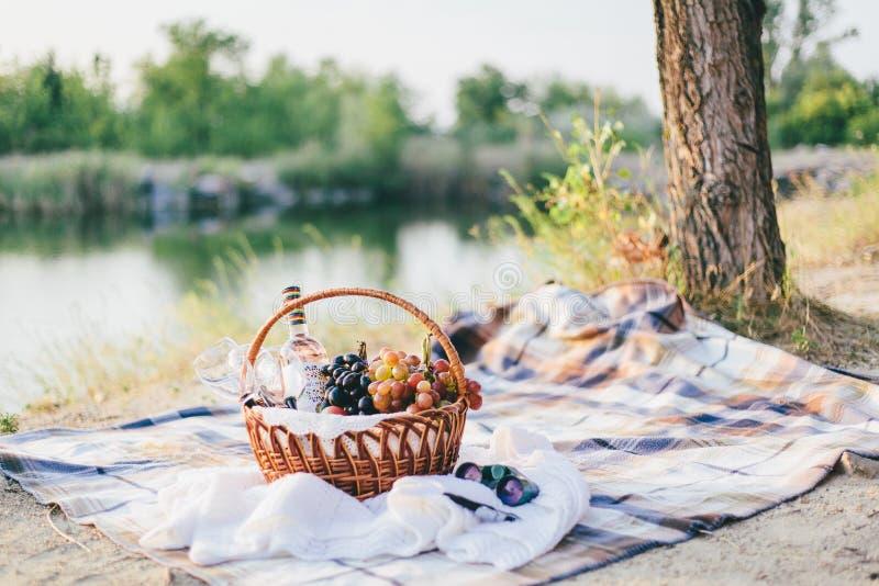 Корзина и вино плодоовощ на романс 2 стоковое фото