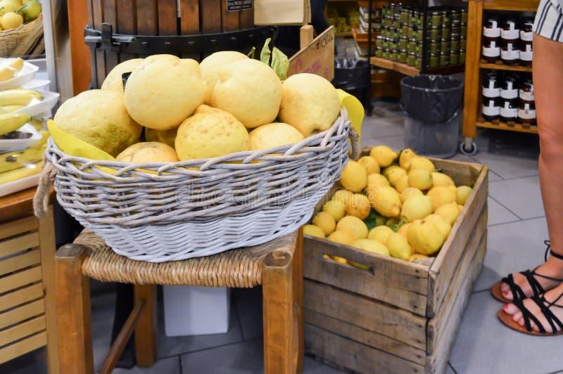 Корзина и клеть лимонов стоковое фото