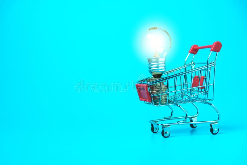 Корзина и электрическая лампочка крупного плана для электронной коммерции или ходя по магазинам концепции на белой предпосылке стоковая фотография rf