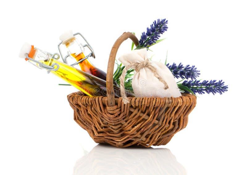 Корзина курорта плетеная с маслом массажа стоковая фотография rf