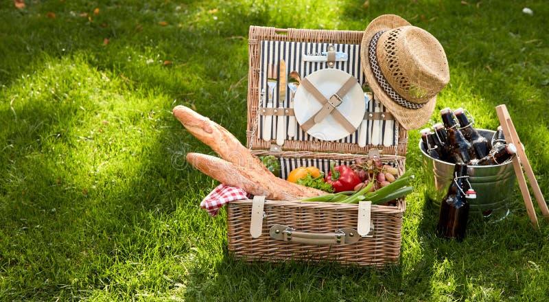 Корзина пикника заполненная с несколькими продтоваров стоковые изображения rf