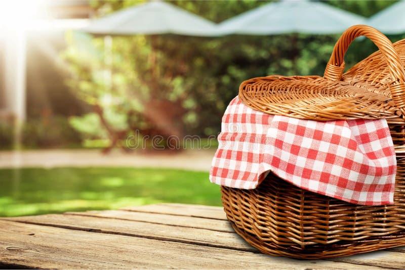 Корзина пикника с салфеткой на предпосылке природы стоковые изображения