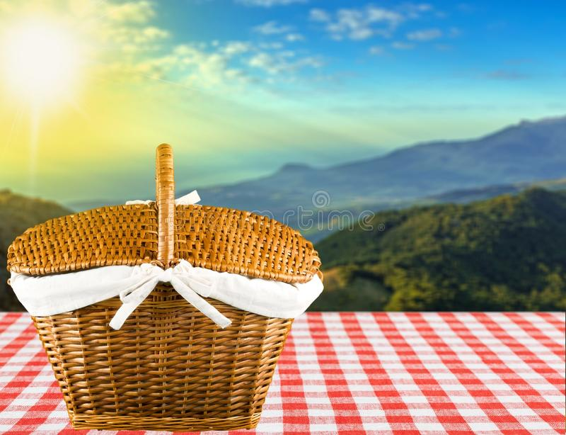 Корзина пикника стоковое изображение rf